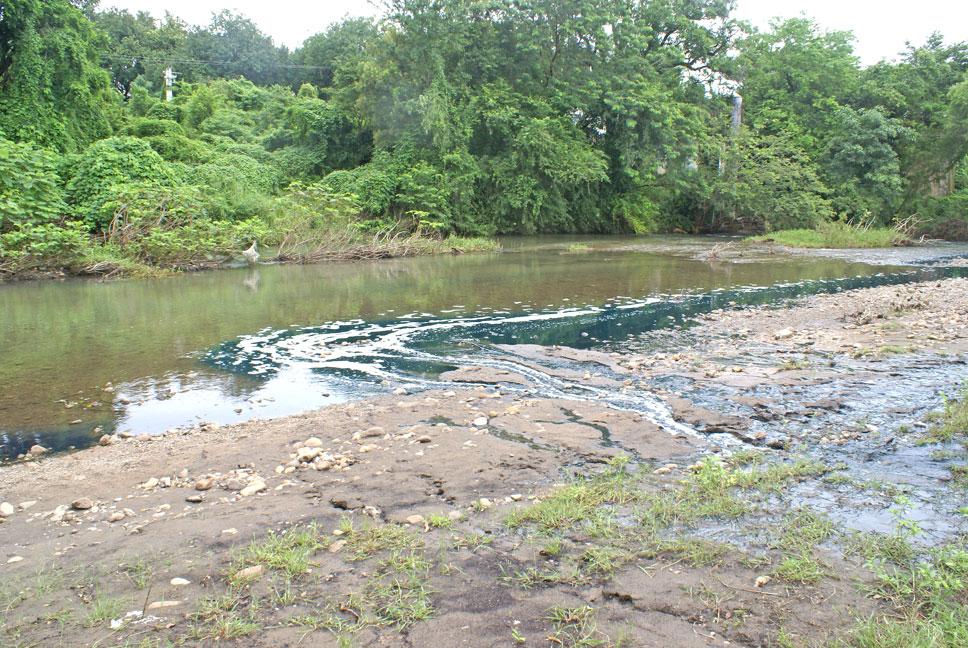 ¡El río tiene un affluente verde azul!